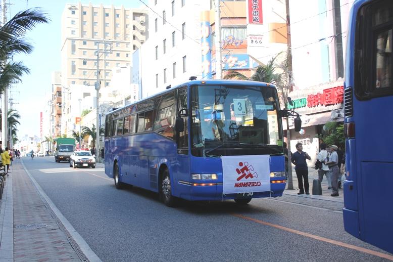 リタイヤや足きりされた参加者を乗車させるバス