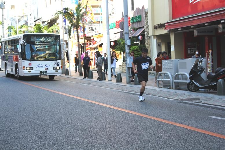 最後尾のランナーの後ろには、交通規制解除された路線バスがゆっくりと迫る。